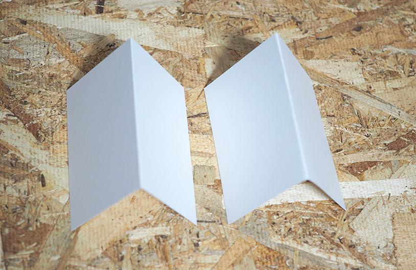 右が普通に折った紙、左が折り線をつけて折った紙